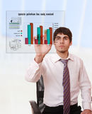 Jonge zakenman die een businessplan bestudeert Stock Afbeelding
