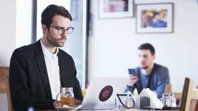 Jonge zakenman die een hoofdpijn heeft stock footage
