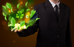 Jonge zakenman die kringloop de energieconce voorstellen van het eco groene blad Royalty-vrije Stock Afbeelding