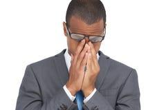 Jonge zakenman die met glazen zijn hoofd tussen handen houden Stock Afbeelding