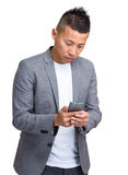 Jonge zakenman die mobiele telefoon met behulp van Stock Afbeelding