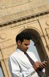 Jonge zakenman die mobiele telefoon uitnodigt Royalty-vrije Stock Afbeeldingen