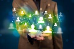 Jonge zakenman die modern technologie sociaal netwerk ma voorstellen Stock Afbeeldingen