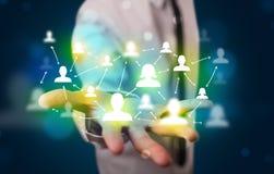Jonge zakenman die modern technologie sociaal netwerk voorstellen Stock Afbeelding