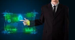 Jonge zakenman die modern technologiepaneel met vinger p drukken Stock Fotografie