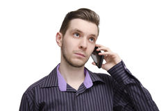Jonge zakenman die op celtelefoon spreekt Stock Afbeeldingen