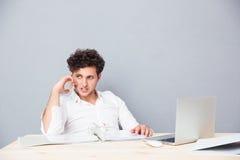 Jonge zakenman die op de telefoon spreekt stock foto