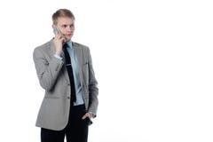 Jonge zakenman die op de telefoon spreekt Stock Afbeelding