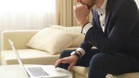 Jonge zakenman die op de transactie wachten stock video
