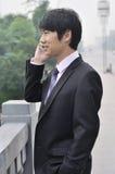 Jonge zakenman die op mobiele telefoon spreekt. Stock Afbeeldingen