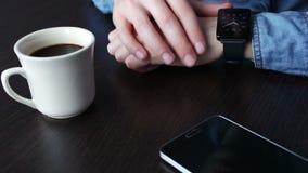 Jonge zakenman die pols slim horloge controleren stock footage