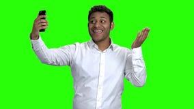 Jonge zakenman die selfie met mobiele telefoon nemen stock videobeelden
