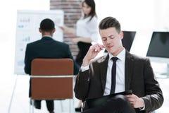 Jonge zakenman die voor een bedrijfspresentatie voorbereidingen treffen royalty-vrije stock afbeelding