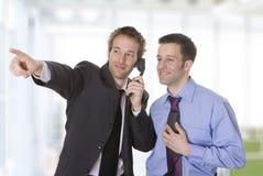 Jonge zakenman die zijn hand opheft en som toont Royalty-vrije Stock Foto's