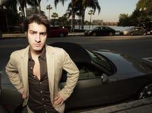 Jonge zakenman door zijn nieuwe auto Stock Foto's