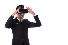 Jonge zakenman in kostuum en virtuele glazen Stock Foto