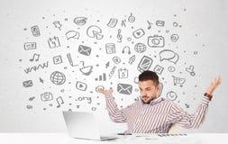 Jonge zakenman met al soort hand-drawn media pictogrammen in bac Stock Fotografie