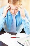 Jonge zakenman met hoofdpijn stock afbeelding
