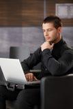 Jonge zakenman met laptop stock afbeeldingen