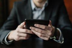 Jonge zakenman met tablet Royalty-vrije Stock Foto