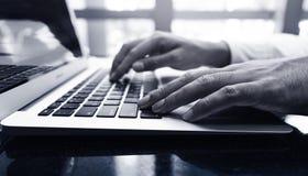 Jonge zakenman multitasking gebruikende laptop Dit is een 3D teruggegeven beeld Stock Foto