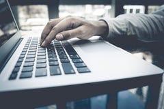 Jonge zakenman multitasking gebruikende laptop Dit is een 3D teruggegeven beeld Royalty-vrije Stock Foto's