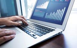 Jonge zakenman multitasking gebruikende laptop Dit is een 3D teruggegeven beeld Stock Afbeeldingen