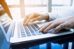 Jonge zakenman multitasking gebruikende laptop Dit is een 3D teruggegeven beeld Royalty-vrije Stock Afbeelding