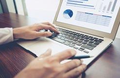 Jonge zakenman multitasking gebruikende laptop Dit is een 3D teruggegeven beeld Stock Foto's