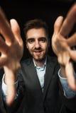 Jonge zakenman op een donkere achtergrond Royalty-vrije Stock Foto's