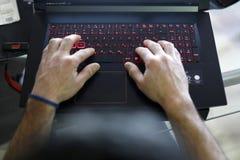 Jonge zakenman op zijn laptop stock foto