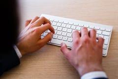 Jonge Zakenman Typing On Keyboard stock afbeeldingen