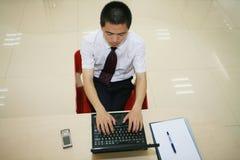 Jonge zakenman in zijn bureau Stock Fotografie