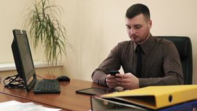 Jonge zakenman in zijn bureau stock videobeelden