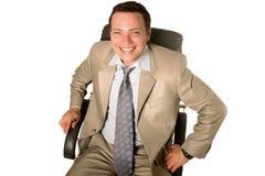 Jonge zakenmanzitting als voorzitter Stock Foto's