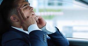 Jonge zakenmanzitting binnen auto die slag en hartaanval zieke desaturated langzame motie beginnen te voelen spanning stock footage