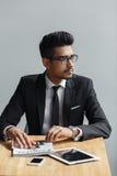 Jonge zakenmanzitting in koffie rijke ondernemer die op een vergadering met collega wachten Royalty-vrije Stock Fotografie