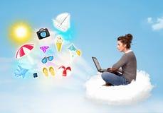 Jonge zakenmanzitting in wolk met laptop Stock Foto's
