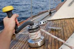 Jonge zeeman die kabel op zeilboot trekken royalty-vrije stock foto
