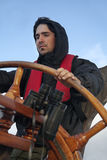 Jonge zeeman die lang schip sturen royalty-vrije stock foto's