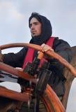 Jonge zeeman die lang schip sturen stock foto's