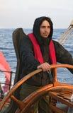 Jonge zeeman die lang schip sturen royalty-vrije stock fotografie