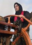 Jonge zeeman die lang schip sturen stock fotografie