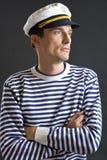 Jonge zeemansmens met witte zeemanshoed Royalty-vrije Stock Afbeeldingen