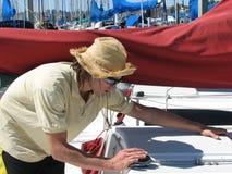 Jonge zekere mens bij boot ma Stock Foto's