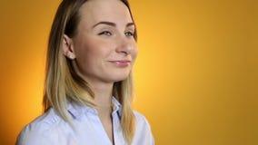 Jonge zieke vrouw die in bed hoesten en keelnevel gebruiken stock videobeelden