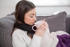 Jonge zieke vrouw thuis Royalty-vrije Stock Foto's