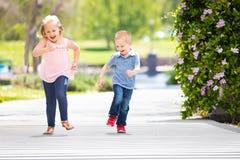 Jonge Zuster en Broer Having Fun Running bij het Park royalty-vrije stock foto
