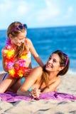 Jonge zusters die kwaliteitstijd doorbrengen aan strand Stock Foto's