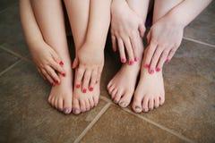 Jonge zusters met geschilderde spijkers na een bad Stock Fotografie